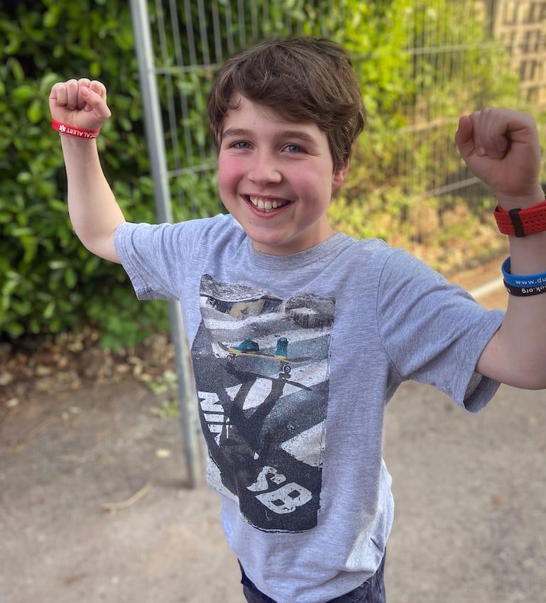 Oscar raising arms