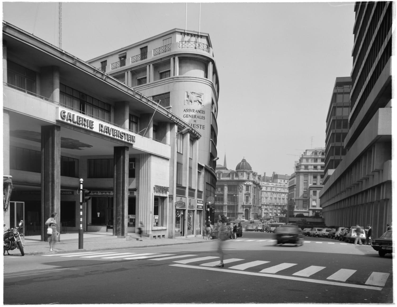 A view from the Galerie Ravenstein, Galerie Ravenstein, Bruxelles, entrée côté rue Ravenstein en 1980 (© Fondation CIVA Stichting/AAM, Brussels)