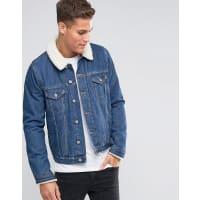 AsosGiacca di jeans lavaggio medio con colletto in montone - Blu