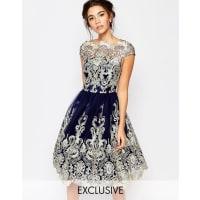 Chi Chi LondonProm dress longuette in pizzo metallizzato di alta qualità con scollo Bardot - Blu navy