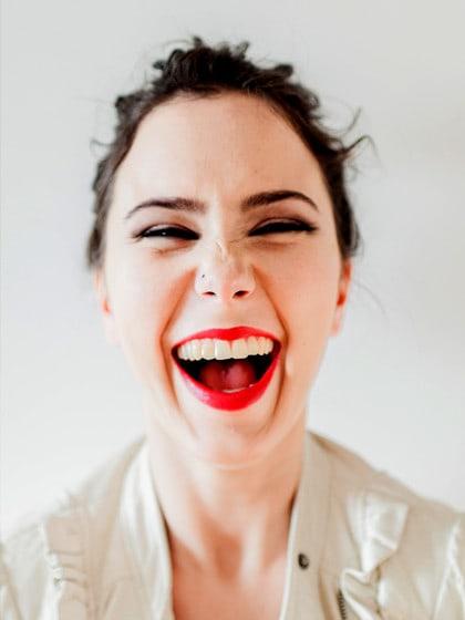 Diese Lippenstiftfarben helfen gegen gelbe Zähne und blassen Teint