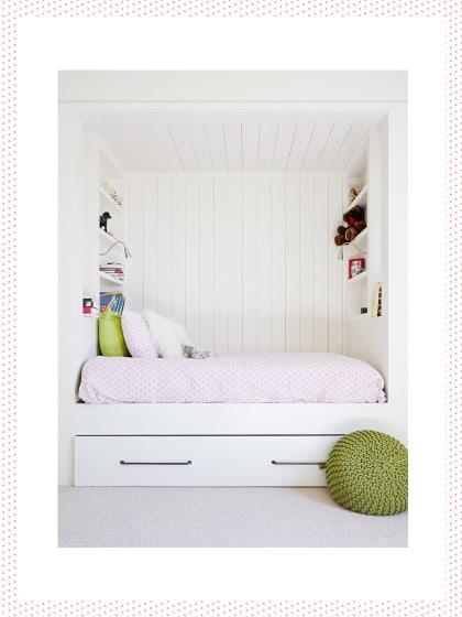kleines schlafzimmer weiß hochglanz ecru holz nische regale