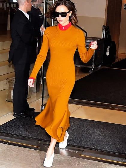 Unser Look of the Day kommt von Victoria Beckham – mit der tollsten Farbkombi für jetzt