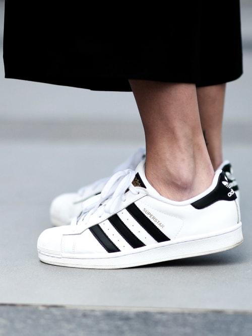 how to wei e sneakers richtig reinigen stylight. Black Bedroom Furniture Sets. Home Design Ideas