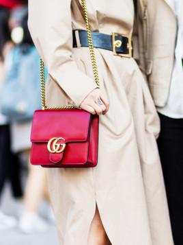 Rotfarbene Gucci Handtasche zum beigefarbenen Mantel kombiniert.