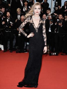 Topmodel Cara Delevingne im schwarzen Abendkleid