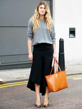 Megan Reynolds mit brauner Shopping-Bah und Pumps in Leo-Optik.