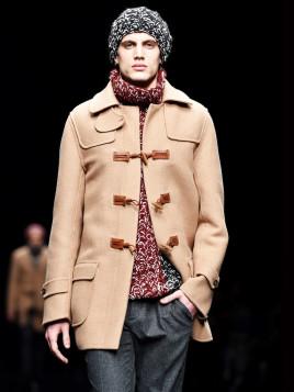 Ein Männermodel der Ermanno Scervino Show im hellen, eleganten Dufflecoat