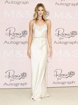 Rosie Huntington-Whiteley im weißen Abendkleid.