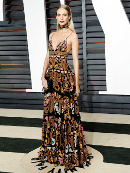 Model Poppy Delevingne zeigt sich im Maxikleid mit All-Over-Ornament-Muster