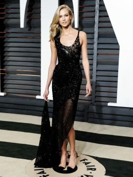 Model Karlie Kloss im schwarzen Glitzer-Abendkleid