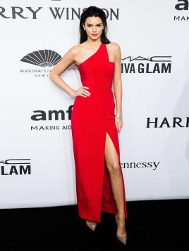 Kendall Jenner im roten Abendkleid