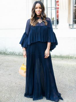 Kelly Rowland trägt ein mitternachtsblaues Maxikleid der Marke Chloe.