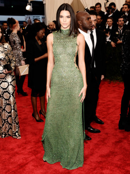 Kendall Jenner mit einem gewagten Kleid in schillerndem Käfergrün