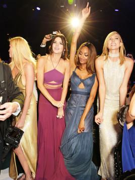 Lara Stone, Kendall Jenner, Jourdan Dunn und Karlie Kloss gehüllt in zauberhafte Maxikleider auf einer Wohltätigkeits-Gala gegen Aids.