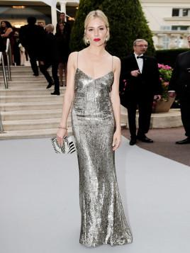 Sienna Miller im Metallic-Abendkleid