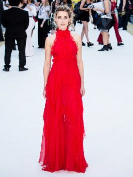 Amber Heard in einer roten Volant-Robe