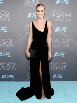 Rosie Huntington-Whiteley im schwarzen Schleppen-Abendkleid