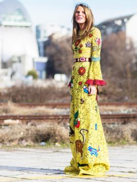 Modeikone Anna dello Russo in einem bunten 70er-Jahre inspirierten Kleid von Gucci.