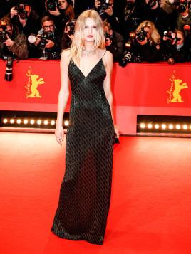 Model Toni Garrn in schwarzem Hugo Boss-Abendkleid