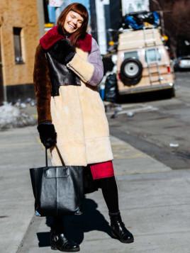 Das ukrainische Model Irina Kravchenko mit Tote Bag mit einem Outfit in gedeckten Farben.