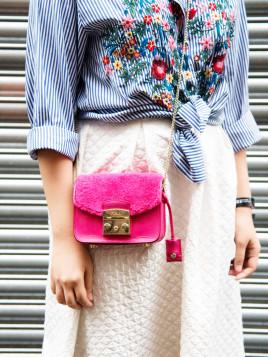 Margarita Li in farbenfrohem Look mit kleiner pinkfarbenen Handtasche.