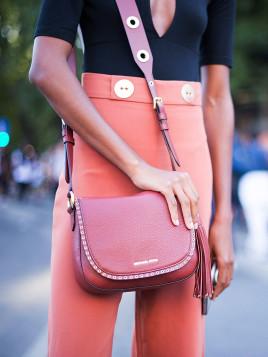 Model mit Michael Kors-Tasche