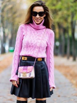 Alexandra Lapp ganz in Pink mit Lederrock in Schwarz.
