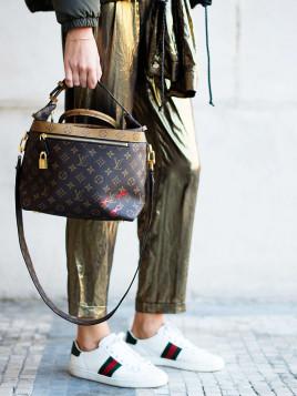 Zum sportlichen Look trägt Estelle Pigault eine edle Handtasche von Louis Vuitton.