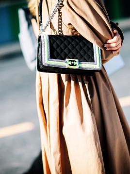 Chanel-Bag mit neonfarbener Umrandung.