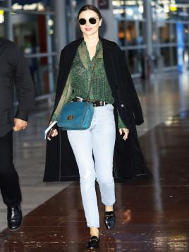 Miranda Kerr in New York mit kleiner blauen Handtasche.