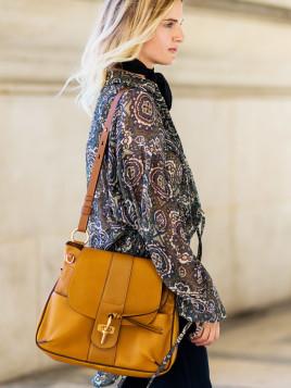 Bloggerin Mirjam Flatau mit einer Handtasche von Chloé in Senfgelb.