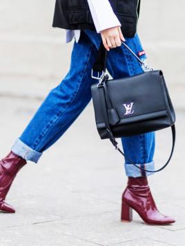 Instagram-Bloggerin Marie Kitsova kombiniert ihre klassische Louis Vuitton zu Lack-Stiefeln und Jeans.