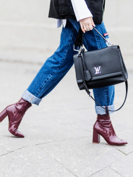Marie Kitsova mit Ankle Boots in Lack-Optik