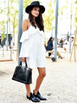 Zum weißen Kleid solltest du in jedem Fall dunkle Accessoires wie etwa ein Hut und eine Handtasche.