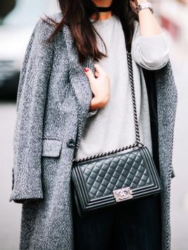 Die schwarze Boy-Bag von Chanel kombiniert die Fashion-Bloggerin May Berthelot zu grauem Mantel und Pullover.