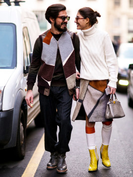 Italienischer Chic mit Rollkragenpullover und gelben Stiefeln aus Leder.