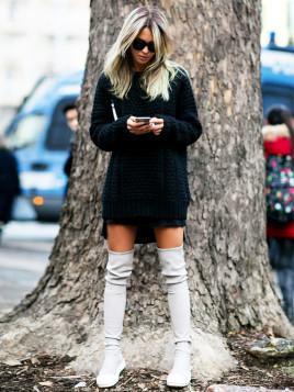 Pullover im XXL-Look und Overknee-Stiefel sind eine stylishe Kombination.