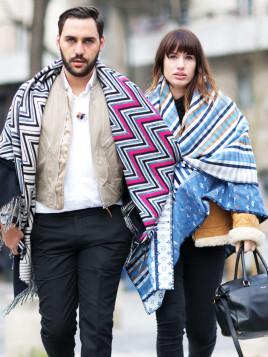 Pariser Paar in gemusterten Ponchos.