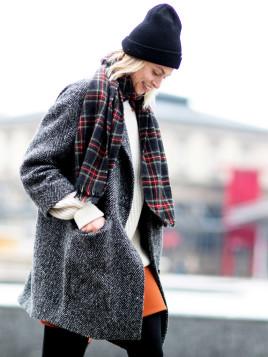 Streetstyle aus Paris mit Beanie und Karo-Schal.
