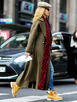 Für einen lässigen Look sorgen Timberland-Stiefel, weite Jeans und Sonnenbrille.