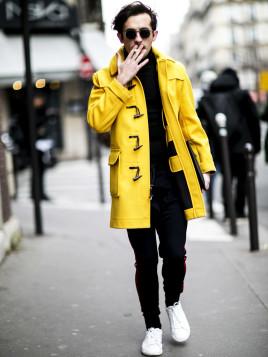 Der gelbe Dufflecoat ist super auffällig und passt gut zu dem schlichten Outfit darunter