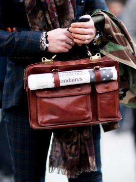 Aktentasche aus braunem Leder mit Schnallen für die Zeitung.