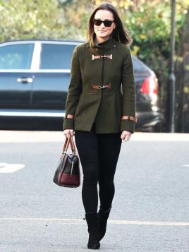 Pippa Middleton mit einem grünen Dufflecoat mit modernem Kurzschnitt