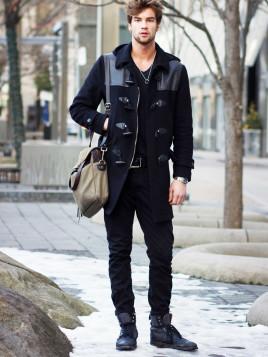 Schwarz in Schwarz für den Rocker-Look: Mit dem Dufflecoat und einer Jeans gelingt das leicht!