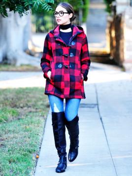 Olivia Culpo mit groß-kariertem Dufflecoat in Schwarz-Rot zur Jeans