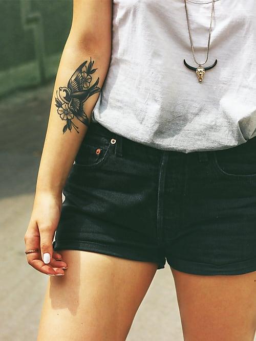 im trend die armbeuge als hei este tattoo k rperstelle stylight. Black Bedroom Furniture Sets. Home Design Ideas