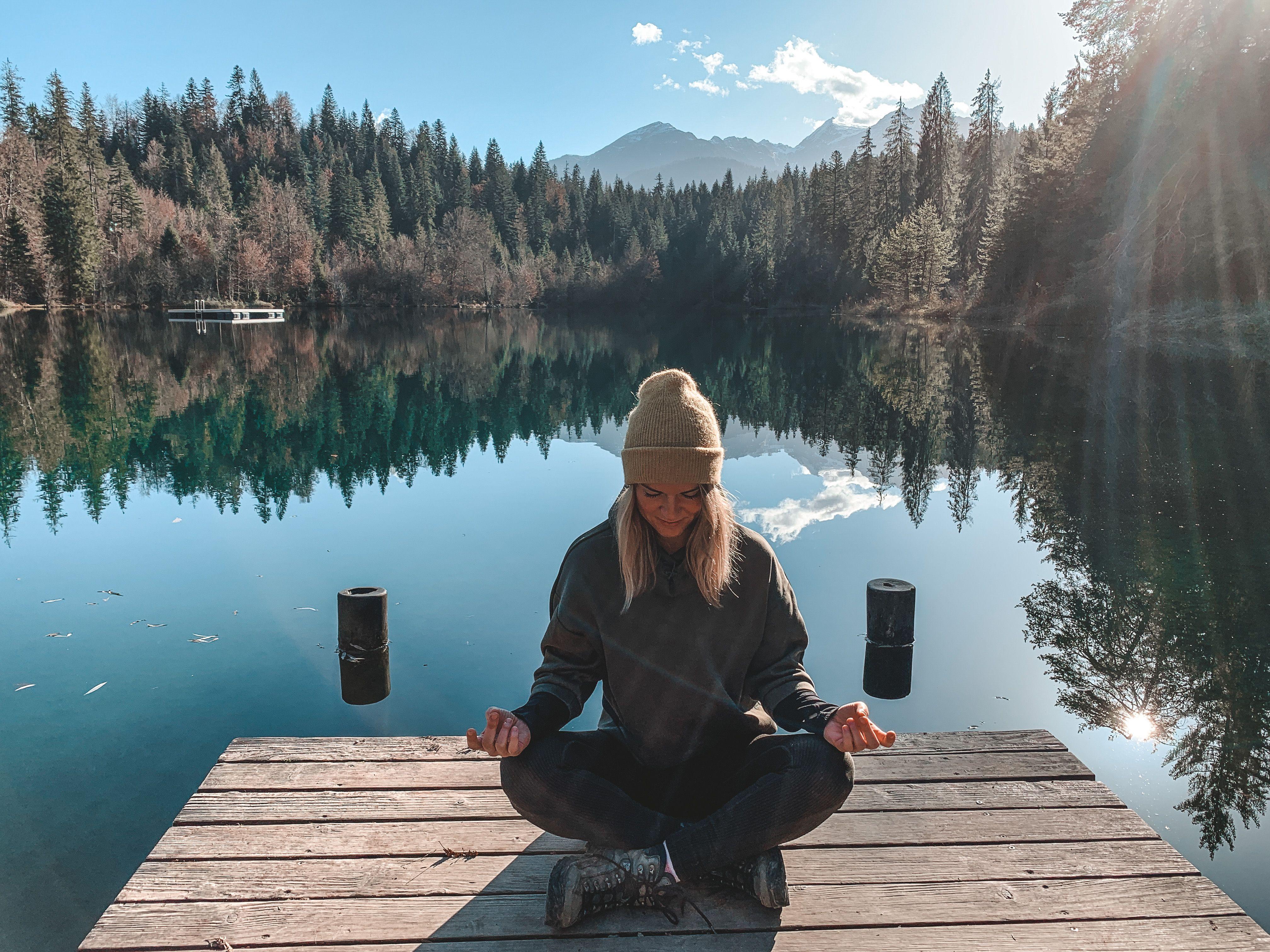 Chantale Rechsteiner meditiert am Crestasee
