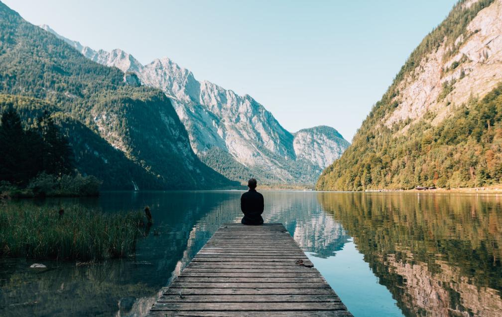 homme assis sur un ponton