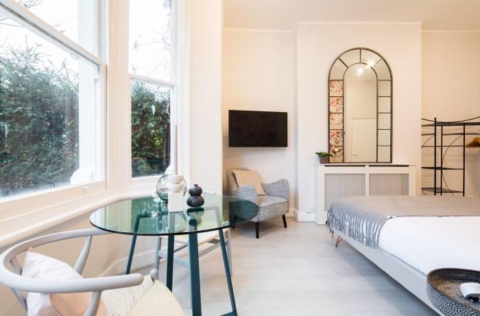 Apartment in Lena Gardens I, Hammersmith - 3